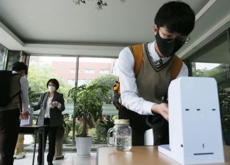 Солонгосын ахлах сургуулийн хичээл түгшүүртэй байдлаар эхэлжээ