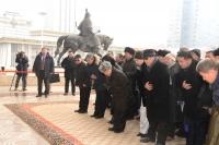 Чингисийн хөшөөнд хүндэтгэл үзүүлэв