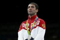 Миша Алояны мөнгөн медалийг хураана