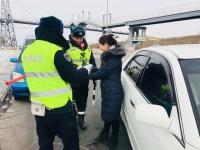 Замын цагдаагийнхан эмэгтэй жолооч нарт сарнай бэлэглэжээ