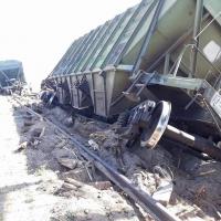 Замын хажуу руу унасан вагоныг босгохоор кран байрлуулан ажиллаж байна