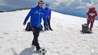 Монголын уулчид Хөх Сэрхийн нурууны ноён оргилд хөлбөмбөг тогложээ