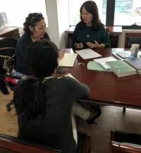 Жүжигчин Б.Навчаа, хуульч Р.Булгамаа нар ээжийгээ алдсан охинд туслаж байна