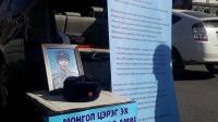 Цэргийн армид амиа алдсан хүүгийнхээ амийг нэхэж суулт хийв