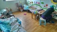 Д.Сарангэрэл сайд аа, найман хүүхэд ээжүүдтэйгээ 16-уулаа нэг өрөөнд эмчилгээ хийлгэж байна