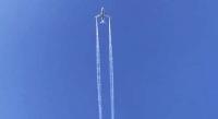 Хөдөлгүүрт нь саатал гарсан онгоц агаарт шатахуунаа асгажээ