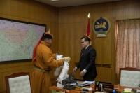 Монгол Улсын аварга С.Мөнхбат 20 сая төгрөгийн хандив өргөлөө